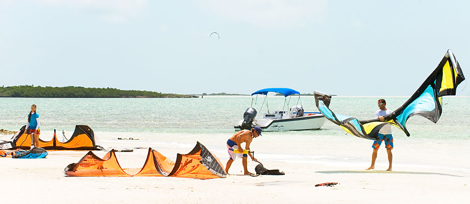 kiteboarders-half-moon-bay-little-water-cay