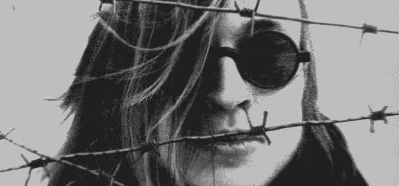 Человек в очках для слепых за колючей проволокой - таким себя преподносил людям Егор Летов в 1980х годах.