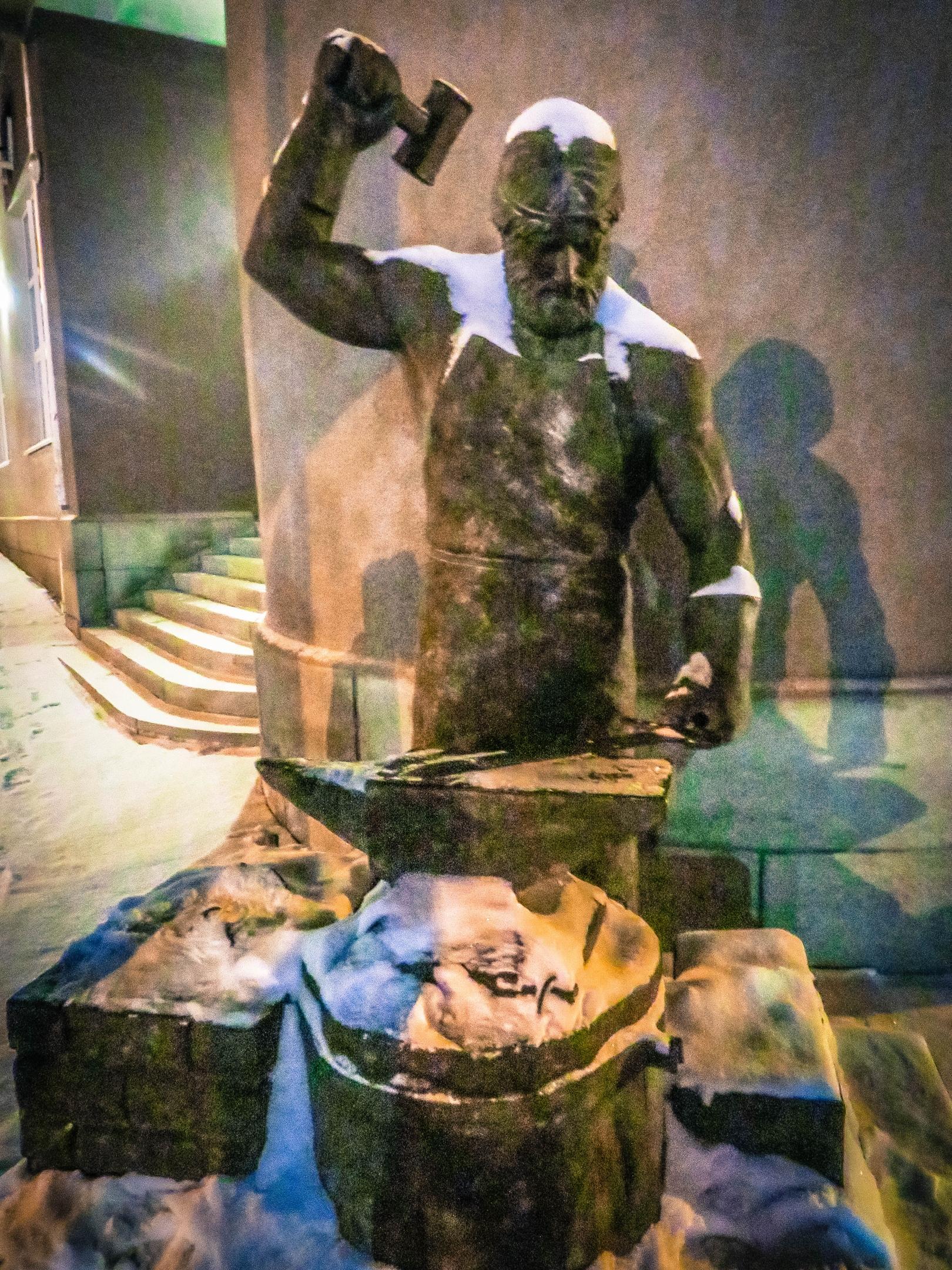 Памятник кузнецу. Фото Игоря Полянина.