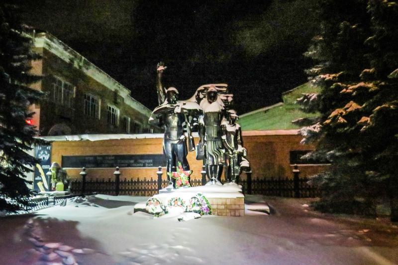 Памятник героям фронта и тыла. Открыт в 1985 г. Фото Игоря Полянина.