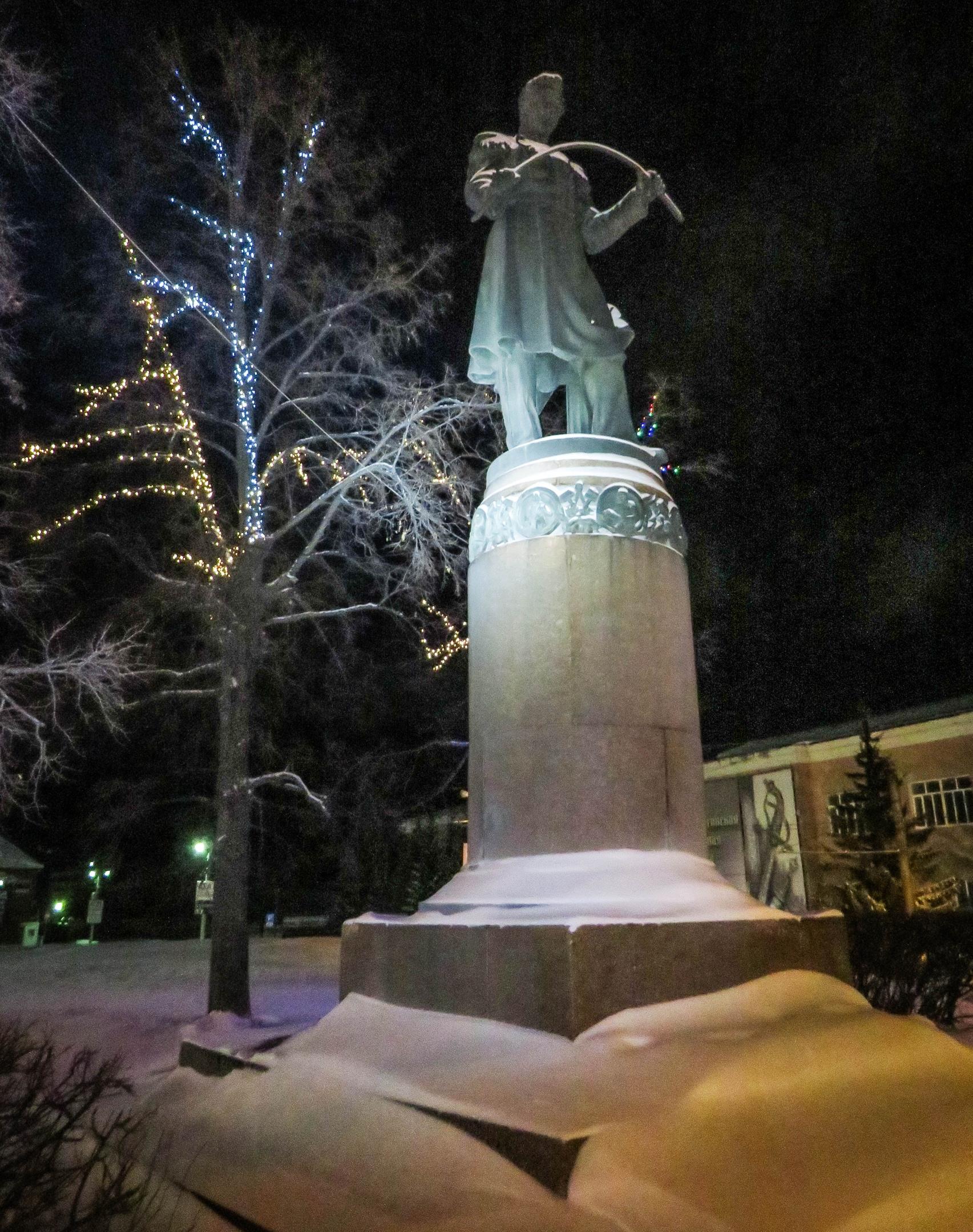 Памятник великому русскому металлургу Павлу Петровичу Аносову. Открыт в 1954 г. Фото Игоря Полянина.