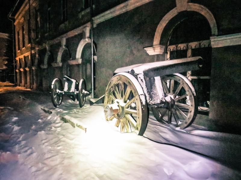Пушки у Арсенала. Арсенал - учреждение для хранения боеприпасов и вооружения. Построен в 1825 - 1833 гг. Фото Игоря Полянина.