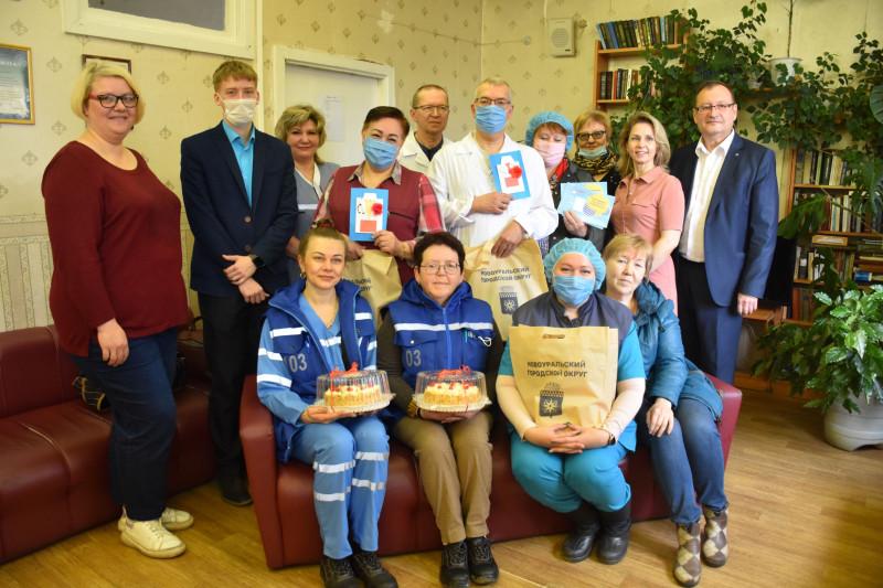 Сотрудники скорой помощи с подарками и гостями, 29.04.2021