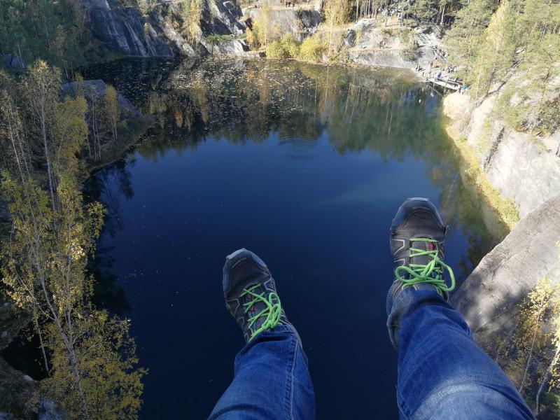 Сидеть на склоне скользкой скалы - очень страшно!