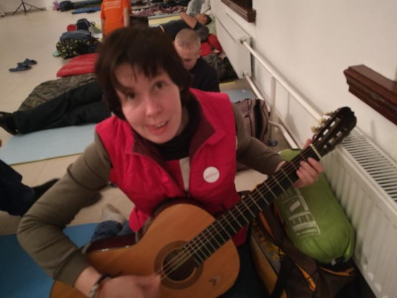А когда он бросил гитару, я немного покривлялась. Так зарождалась моя новая песня.
