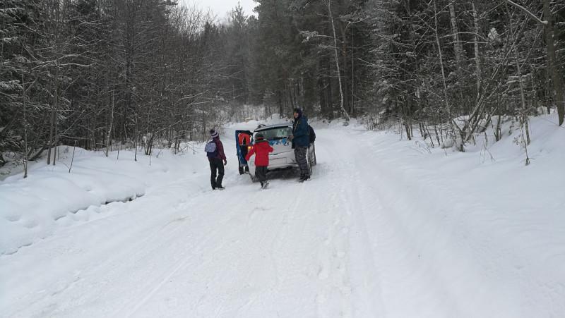 В надежде мы сперва всё-таки пытались толкать одну из наших машин, но тщетно.
