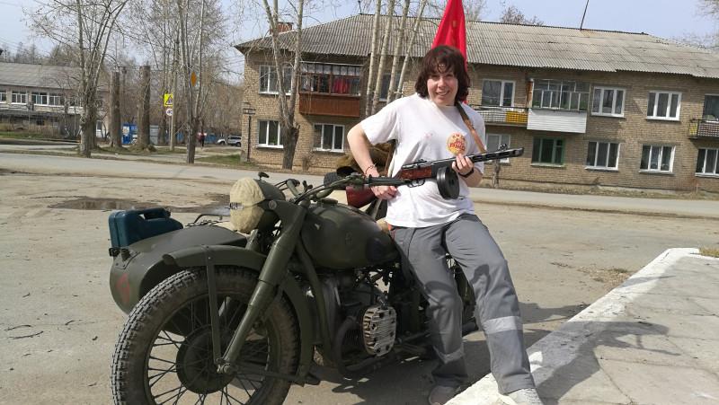 На съёмках был такой мотоцикл с флагом.