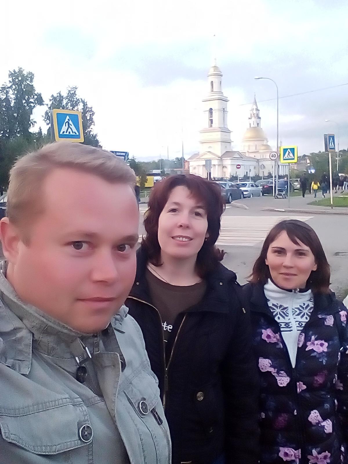 Олег, я и Ленка на фоне главной туристической достопримечательности Невьянска.