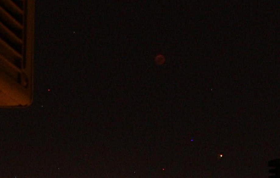 Марс на фоне Луны в полной фазе затмения