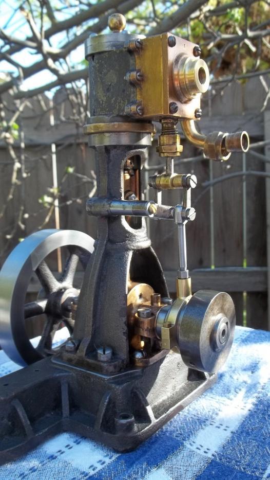 antique restored little steam engine 001