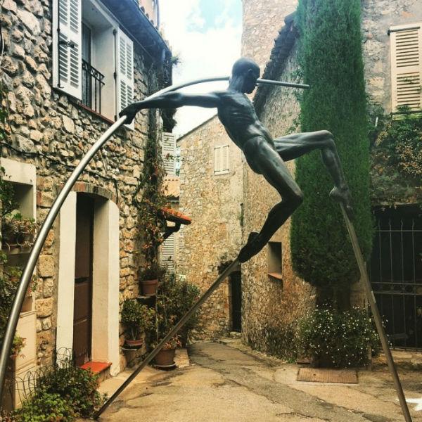 29-Николя Лаваренн - Балансирующая скульптура  - деревня Мужен Франция.jpg