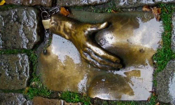 4-Рука ласкающая женскую грудь.jpg