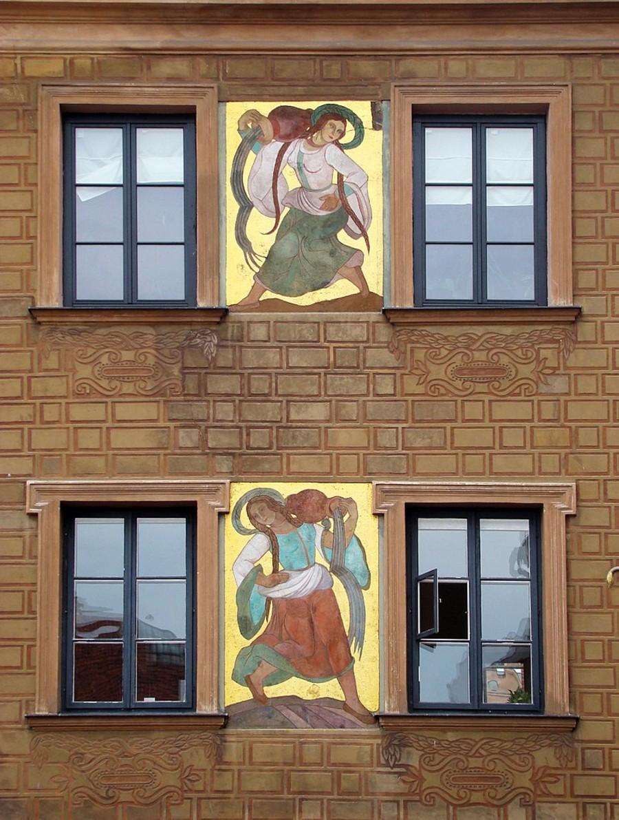Полихромии работы Софии Стриенской, работы 1928 года на фасаде жилого дома на Староместской площади в Варшаве.jpg