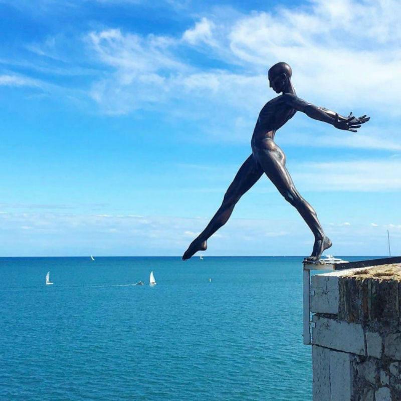 17-Николя Лаваренн - Балансирующая скульптура  - деревня Мужен Франция.jpg