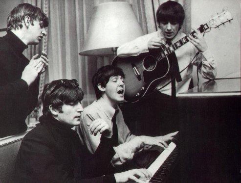 A Beatles a párizsi V. György szállodában komponál