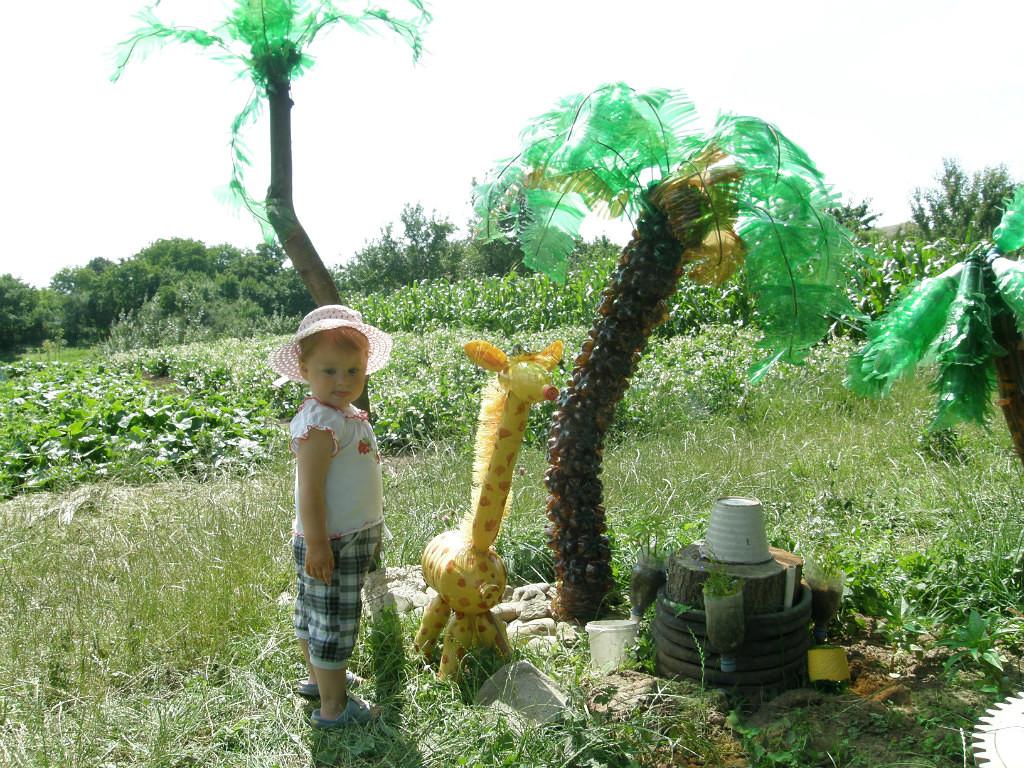 Пальма и жираф из пластиковых бутылок