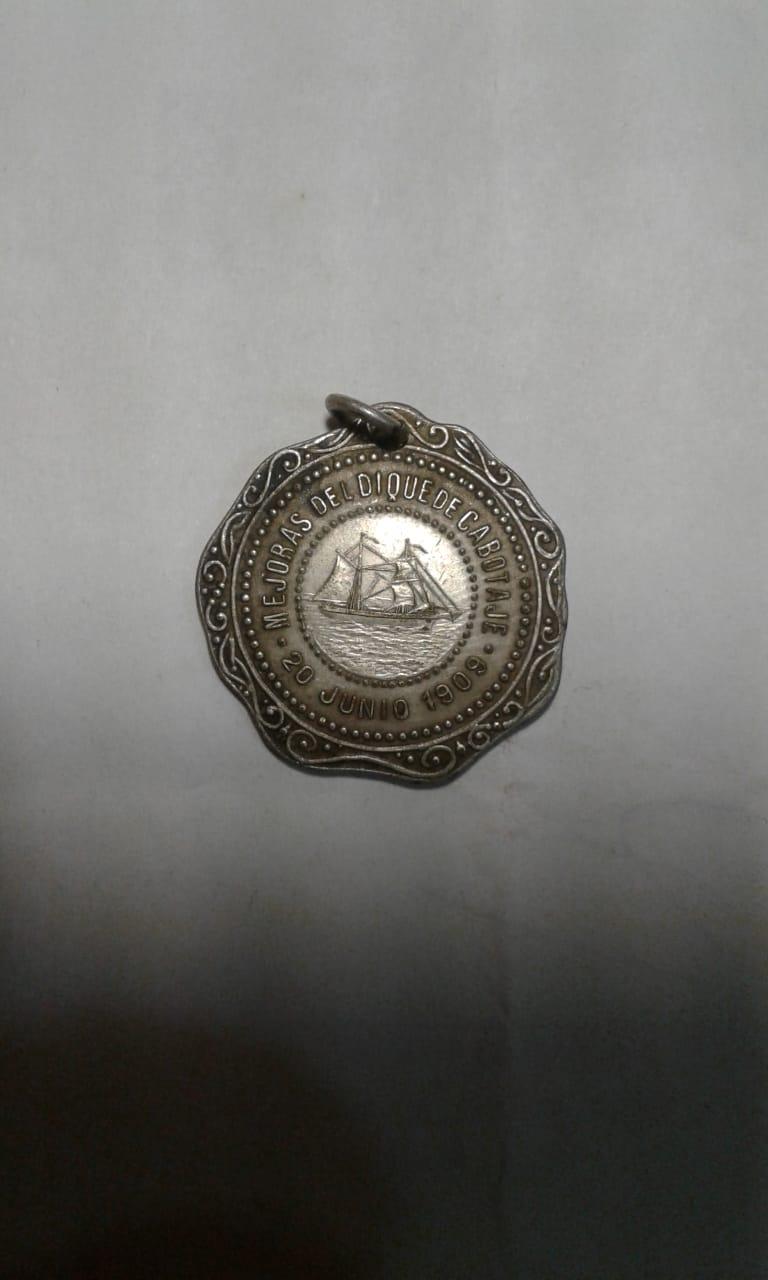 Аверс медали с типично ювелирным дизайном.
