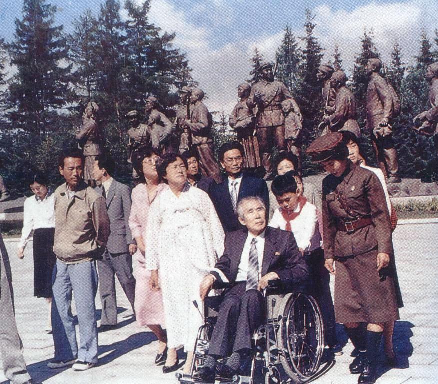 Южнокорейский узник Ли Сен Мо при посещении священных мест чучхейской революции