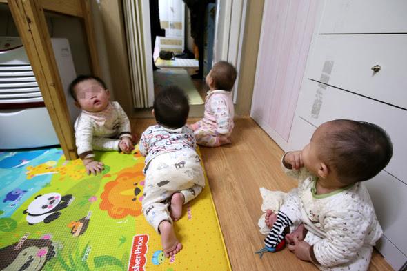 """брошенные младенцы в детском доме Каннам, находящемся в том самом богатом районе Сеула, \\\\\\\\""""воспетом\\\\\\\\"""" певцом Ссаем (PSY)"""