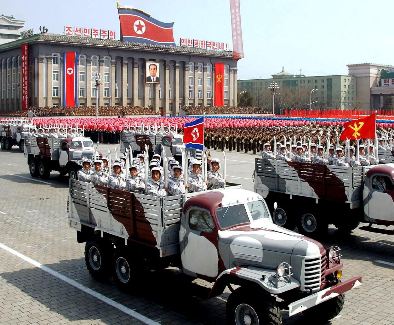 Члены Ассоциации лыжников КНДР на параде