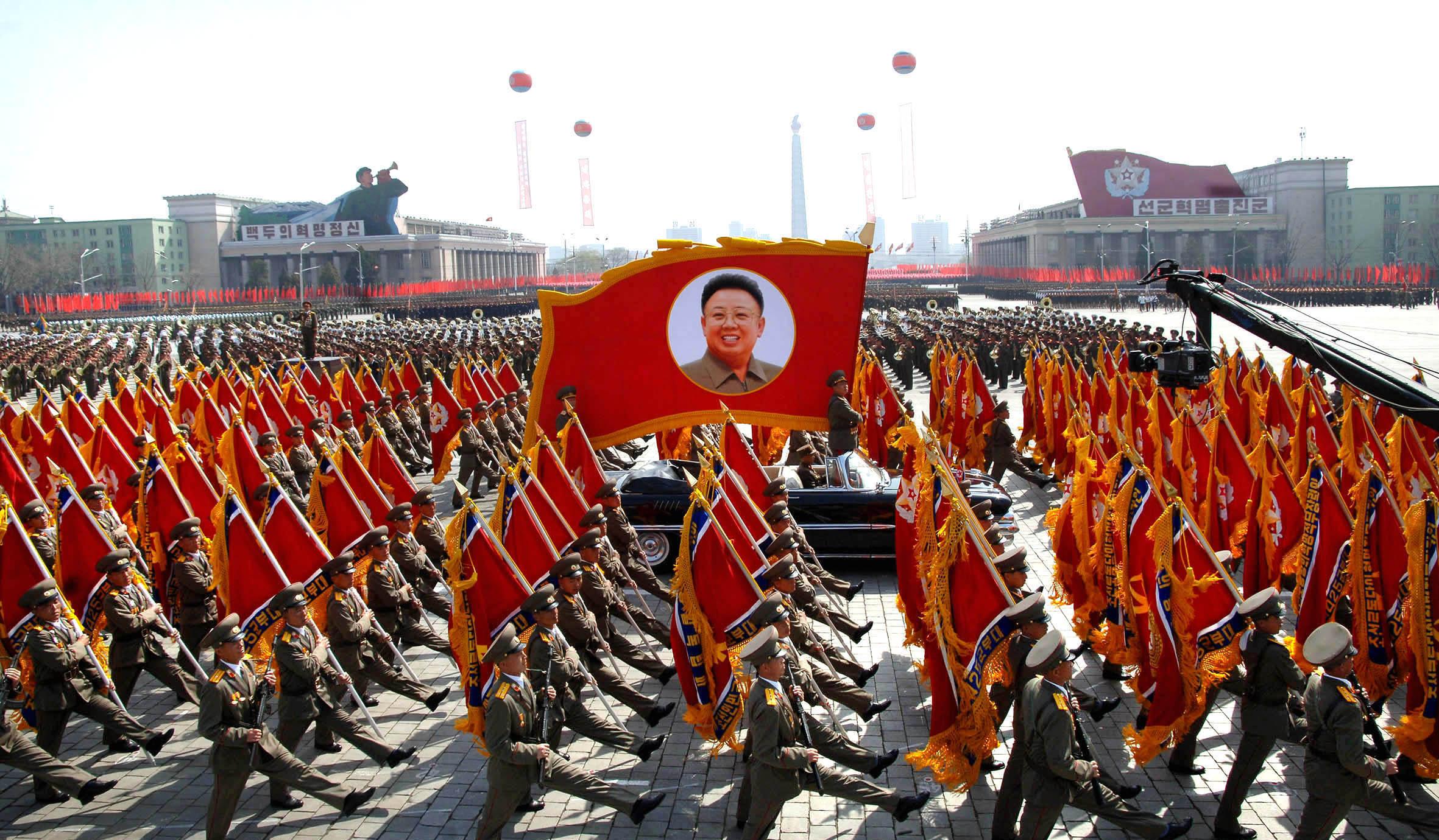 Знамя Ким Чен Ира гордо веет на парадах КНА