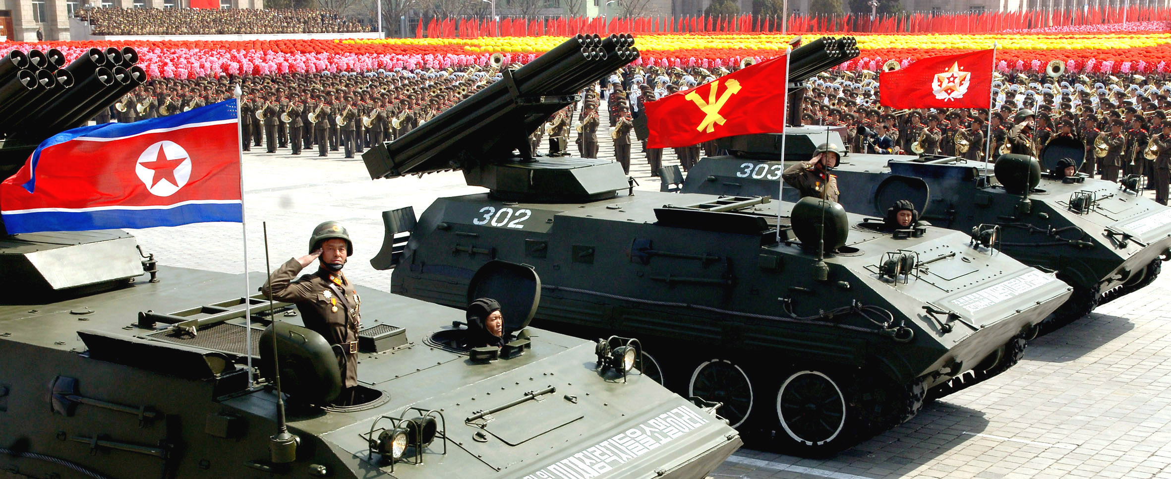 Государственный флаг КНДР, флаг ТПК и знамя Верховного Главнокомандующего на параде в Пхеньяне по случаю 4.15.2012