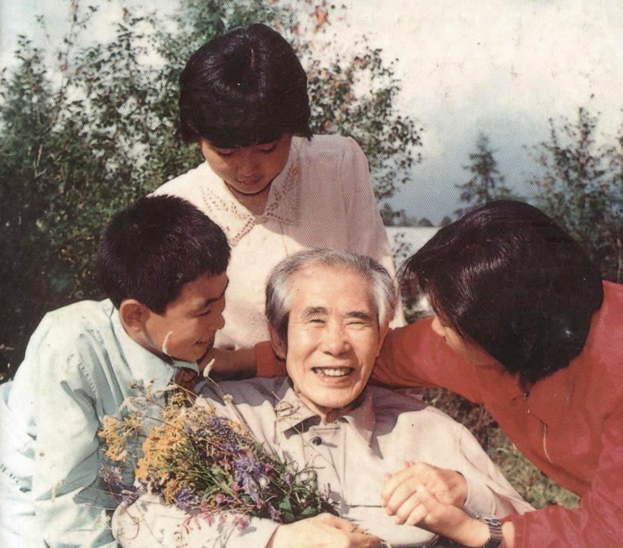Ли Ин Мо с членами своей семьи по возвращению в социалистическую Родину