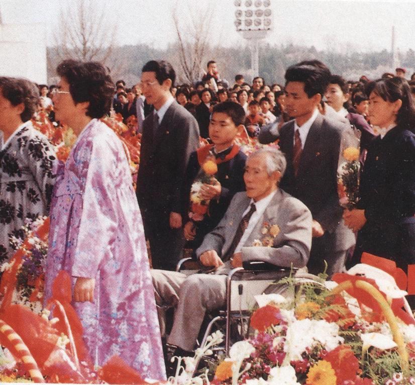 Ли Ен Мо перед статуей Вождя-Отца на возвышенности Мансудэ 15 апреля 1994 года