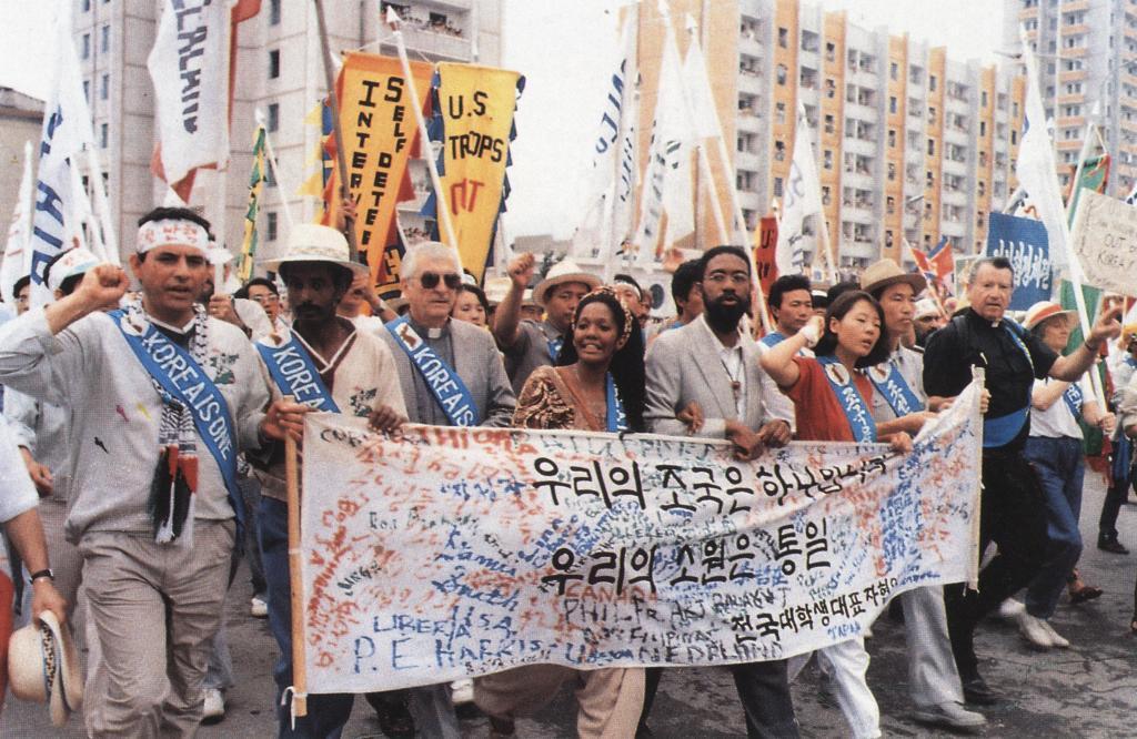 Участники международного мирного шествия