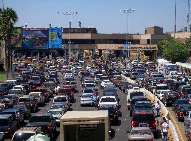 поток автомобилей на мексиканской границе в сторону США