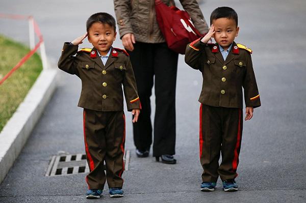 северокорейские дети в военной форме