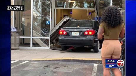 фитомобиль въехал в банк через стекляное окно