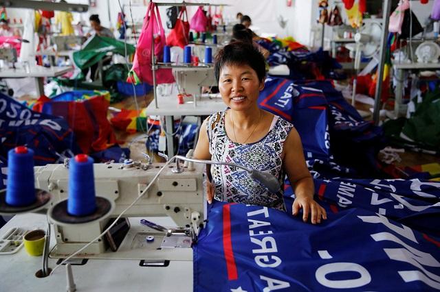 женщина на китайской фабрике где делают флаги для предвыборной компании Трампа