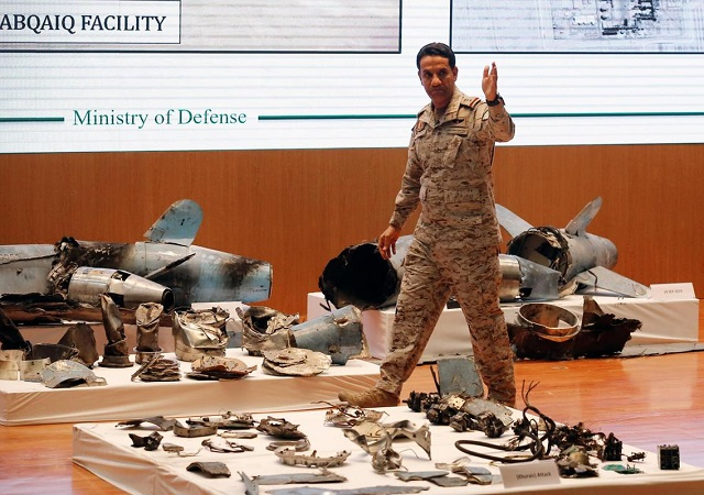 саудовский лфицер демонстрирует обломки крылатых ракет и дронов