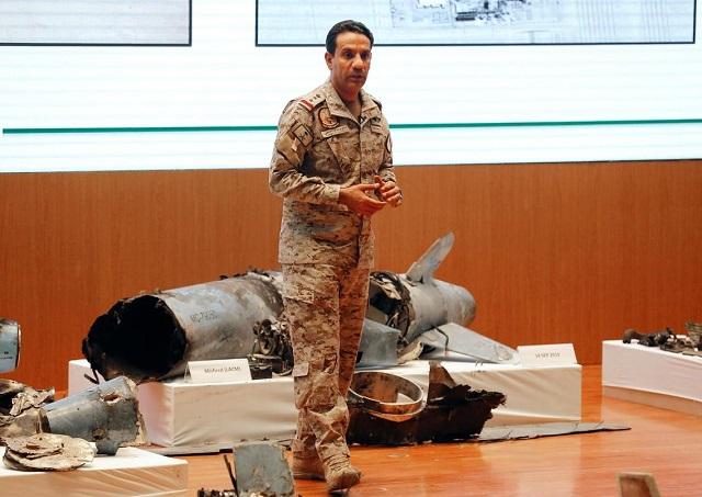 сфудовский офицер демонстрирует обломки крылатых ракет и дронов