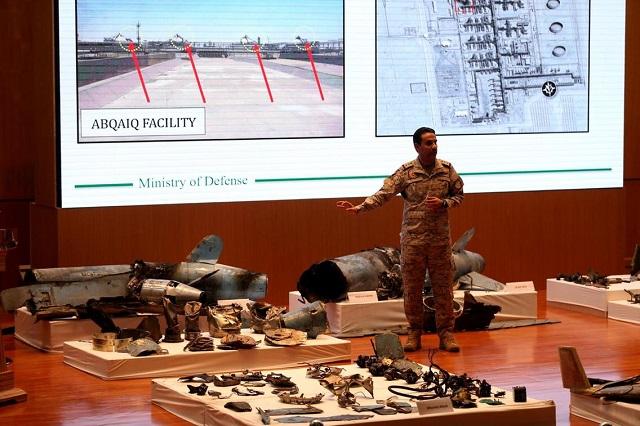 саудовский офицер демонстрирует обломки крылатых ракет и дронов