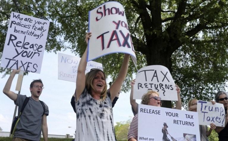 демонстрация с требованием чтобы Трамп опубликовал свою налоговую декларацию