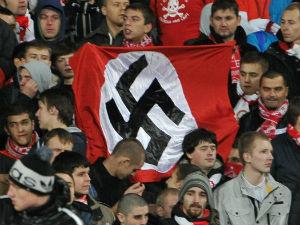 Болельщики Спартака поднимают флаг со свастикой