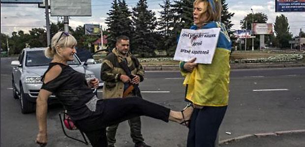 в Донецке женщину привязали к столбу и избивают