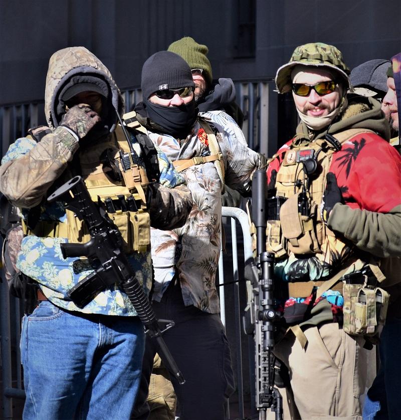 члены движения boogaloo во время протестов против ограничения права на оружие в Вирджинии