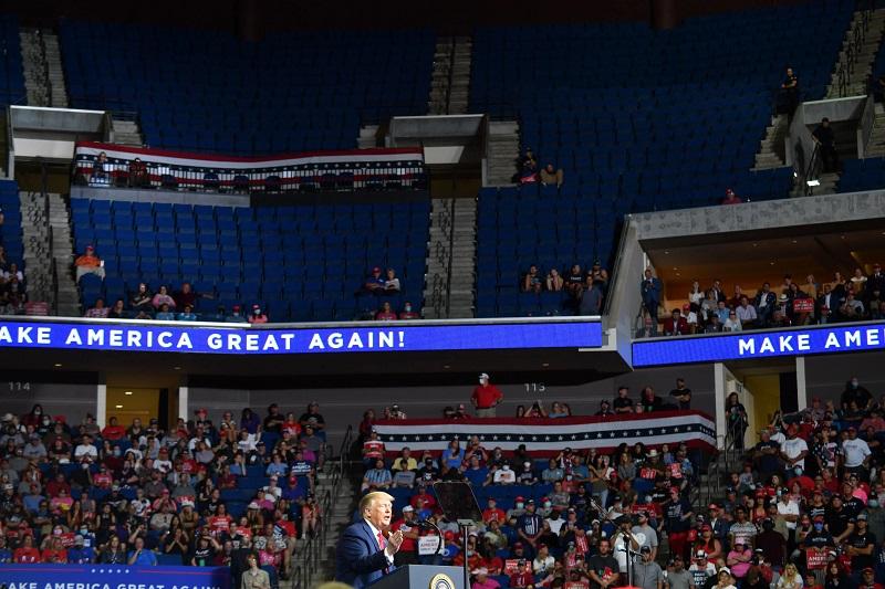 полузаполненный стадион на митинге в поддержку Трампа