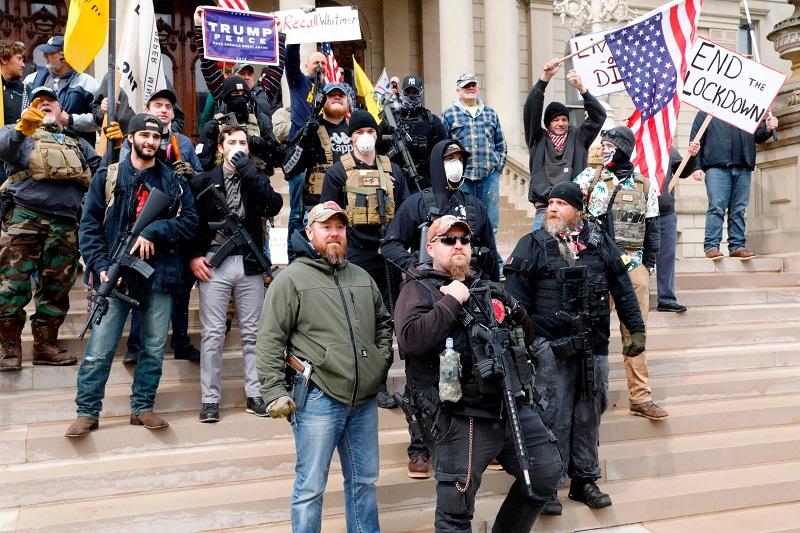 вооружённые протестующие у Капитолия в городе Лансинг, столице штата Мичиган