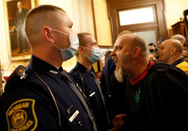 протестующие в Мичигане пытаются ворваться внутрь Капитолия