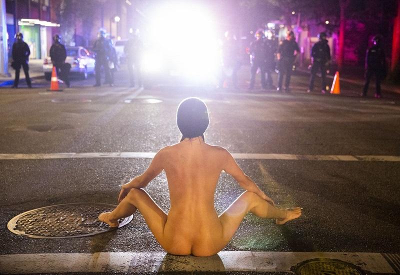 голая женщина в протестах в Портленде