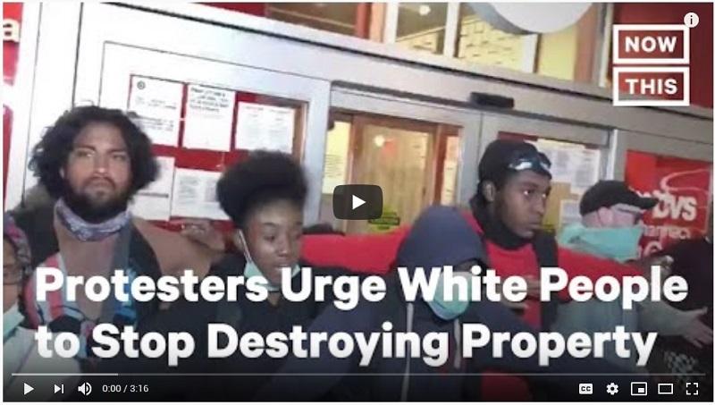 протестующие зашишают магазин от грабителей