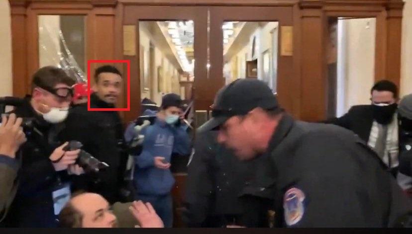 Джон Салливан во время стрельбы в Капитолии