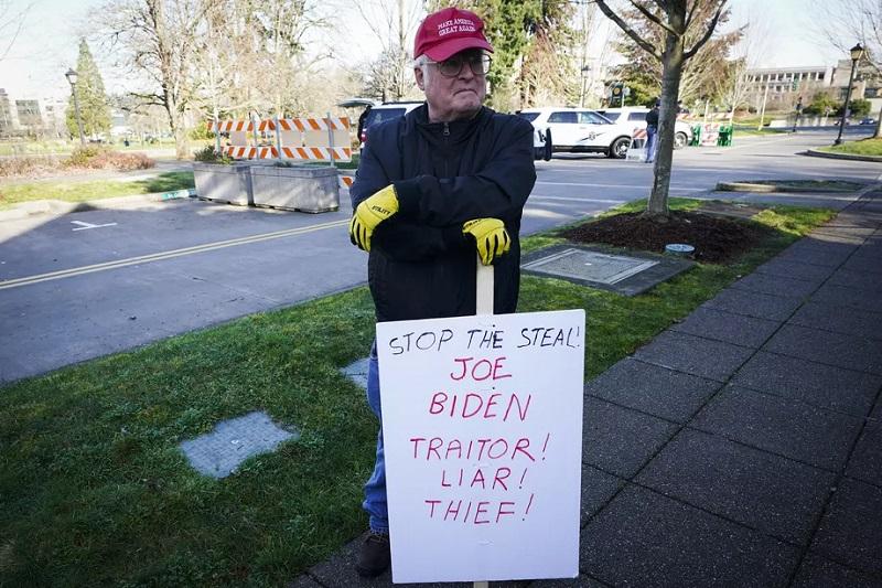 протестующий против инаугурации Байдена в городе Олимпия, штат Вашингтон