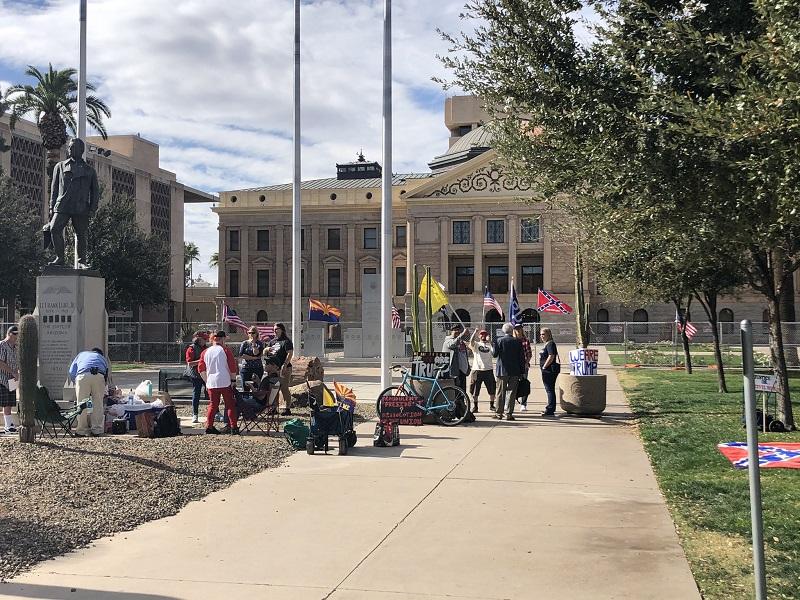 протесстующие в Фениксе, штат Аризона, устроили пикник у здания Капитолия