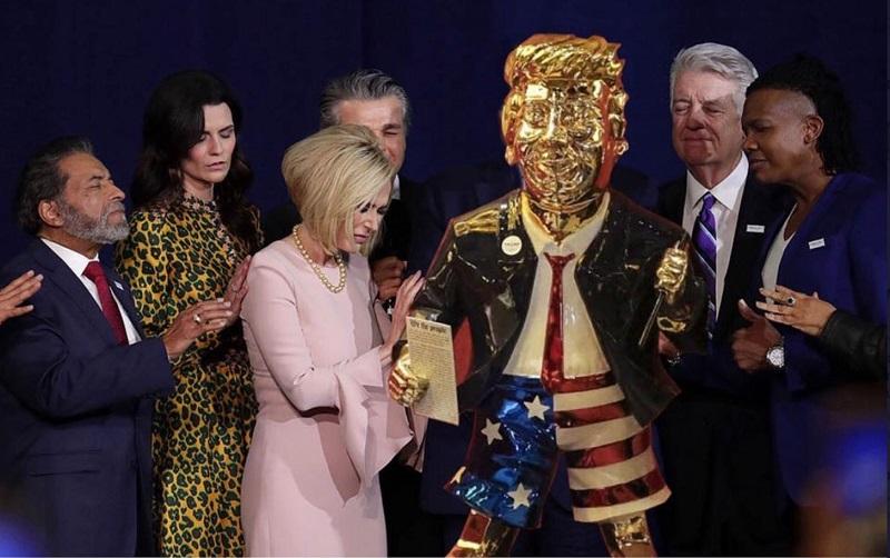 евангелисты молятся золотой статуе Трампа