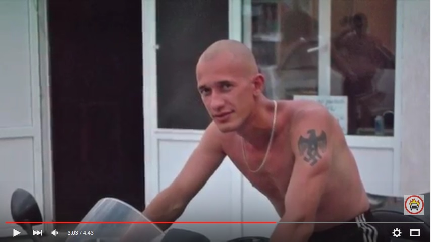 фотография человека с наколкой свастики